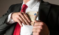 Europoslanec prijímal úplatky, no aj tak zostáva vparlamente